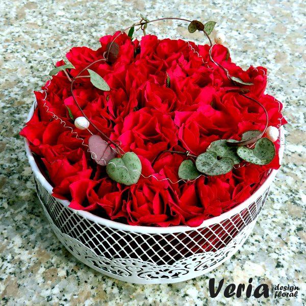 cutie cu miniroze rosii
