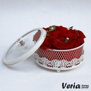 cutie cu flori trandafiri rosii