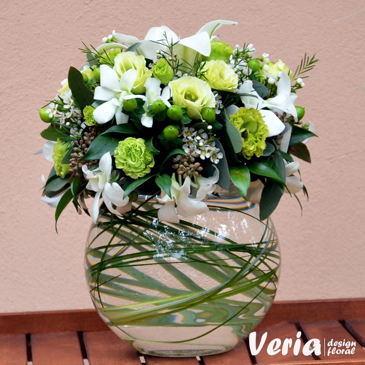 Aranjament Flori Albe Si Verzi Pe Bol Comanda Aranjamente Festive