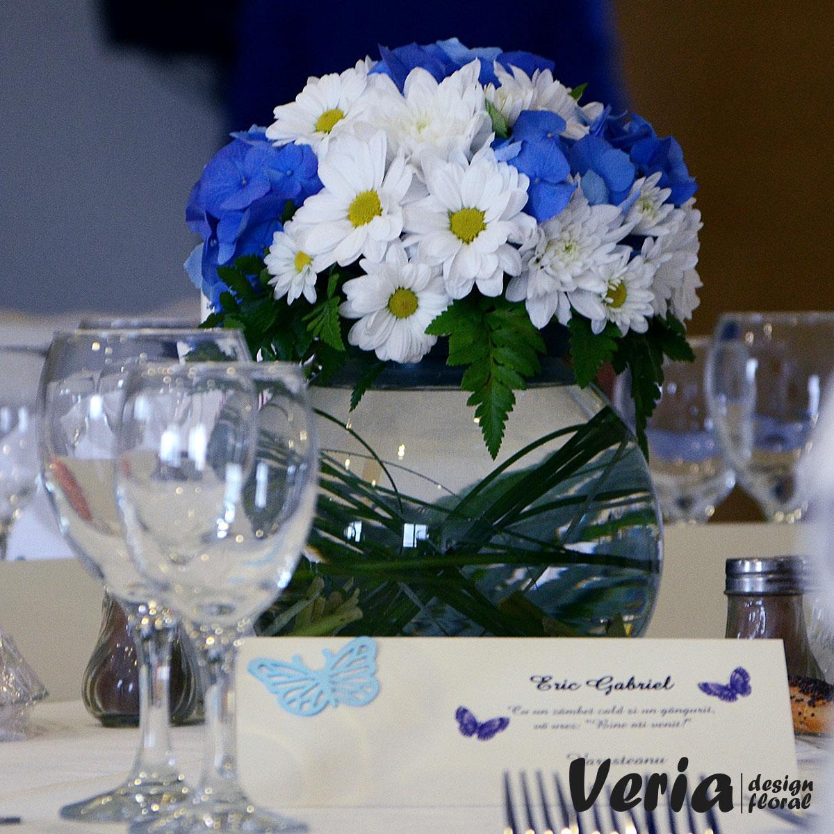 Aranjament Flori Albe Si Albastre Pe Bol Comanda Aranjamente